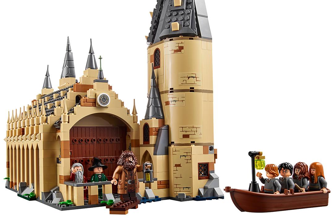 Uma foto de uma cena com o set do Grande Salão. Ela mostra McGonagall, Dumbledore e Hagrid na entrada do salão, que tem uma torre ao lado. Num barco, estão quatro estudantes.