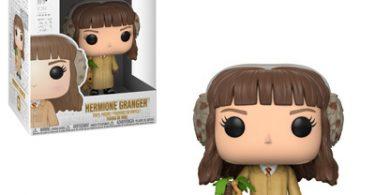 O boneco de Hermione com as vestes de herbología e uma mandrágora na mão. Em baixo, uma caixa com os três bonecos.