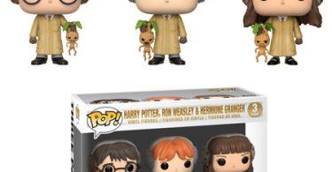 Os bonecos de Harry, Rony e Hermione com as vestes de herbología e uma mandrágora na mão. Em baixo, uma caixa com os três bonecos.