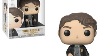Tom Riddle com as vestes de Hogwarts e a varinha em mãos.