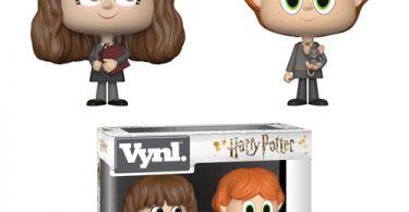 Bonecos de Rony e Hermione padrão. Hermione segura um livro nas mãos e Rony segura o Perebas.