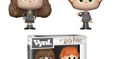 Bonecos de Rony e Hermione exclusivos da Barnes & Noble. Hermione está com as mãos na cintura e Rony segura sua varinha quebrada.