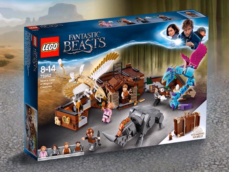 Foto da caixa do set de LEGO da maleta de Newt. Nela, podemos ver a maleta feita de LEGO, os personagens Newt, com um pelúcio, Tina, com uma chaleira, Queenie, com um espelho de mão, e Jacob, com um guarda-chuva; e as criaturas montáveis: o occami, o erumpente e o pássaro-trovão.