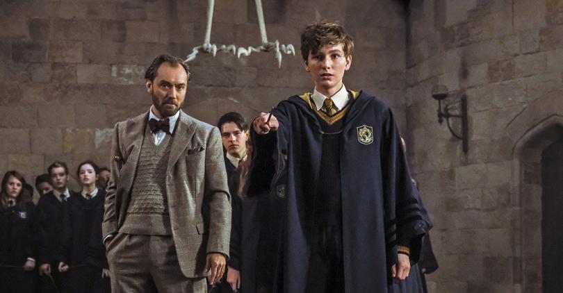 Foto de Dumbledore olhando para um jovem Newt enquanto este, seu aluno, se prepara para lançar o feitiço Riddikulus.