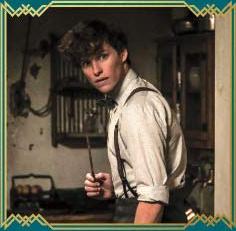 Newt empunha sua varinha. Ele está com a mesma roupa da cena do cartão postal (sem seu sobretudo). Possivelmente, no seu apartamento. Ele parece alerta.