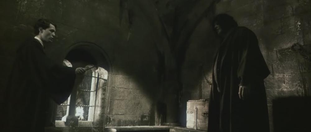 """Cena de """"A câmara secreta"""" em que Tom Riddle acusa Hagrid de ser o responsável pelo monstro da câmara."""
