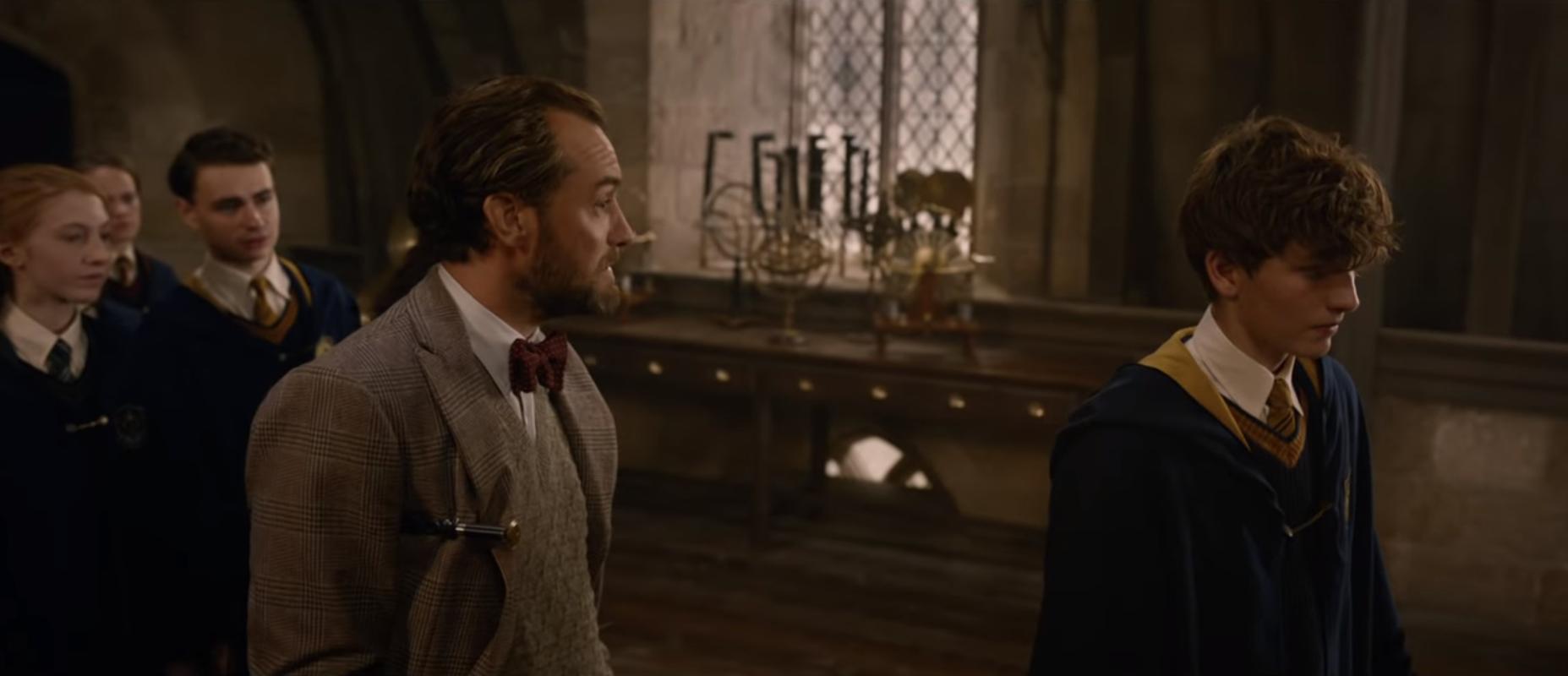 """Cena de """"Animais Fantásticos: os Crimes de Grindelwald"""" em que Dumbledore ensina a Newt e seus colegas o feitiço """"Ridikulus"""""""