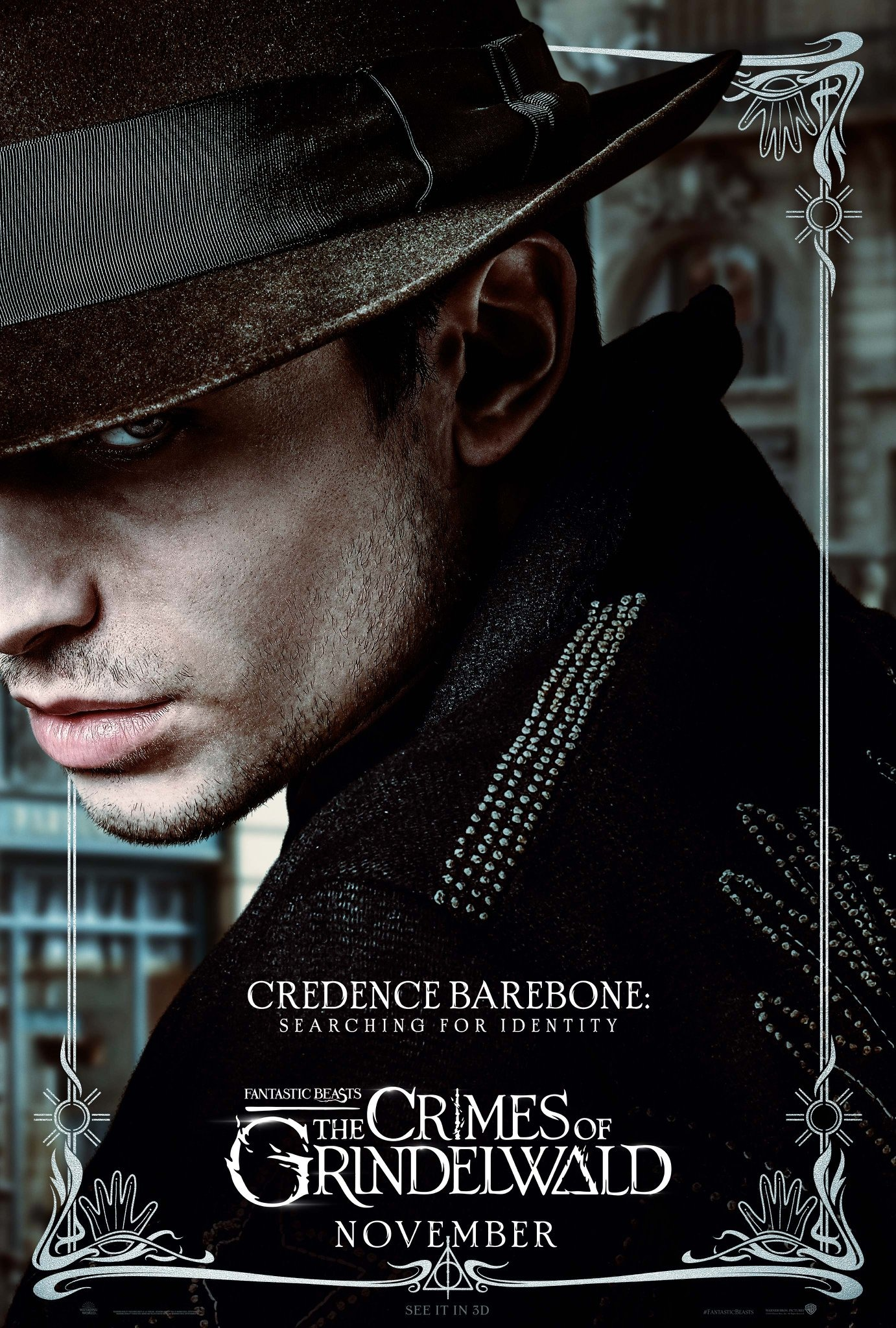 Foto de Credence usando roupas escuras e um chapéu misterioso.