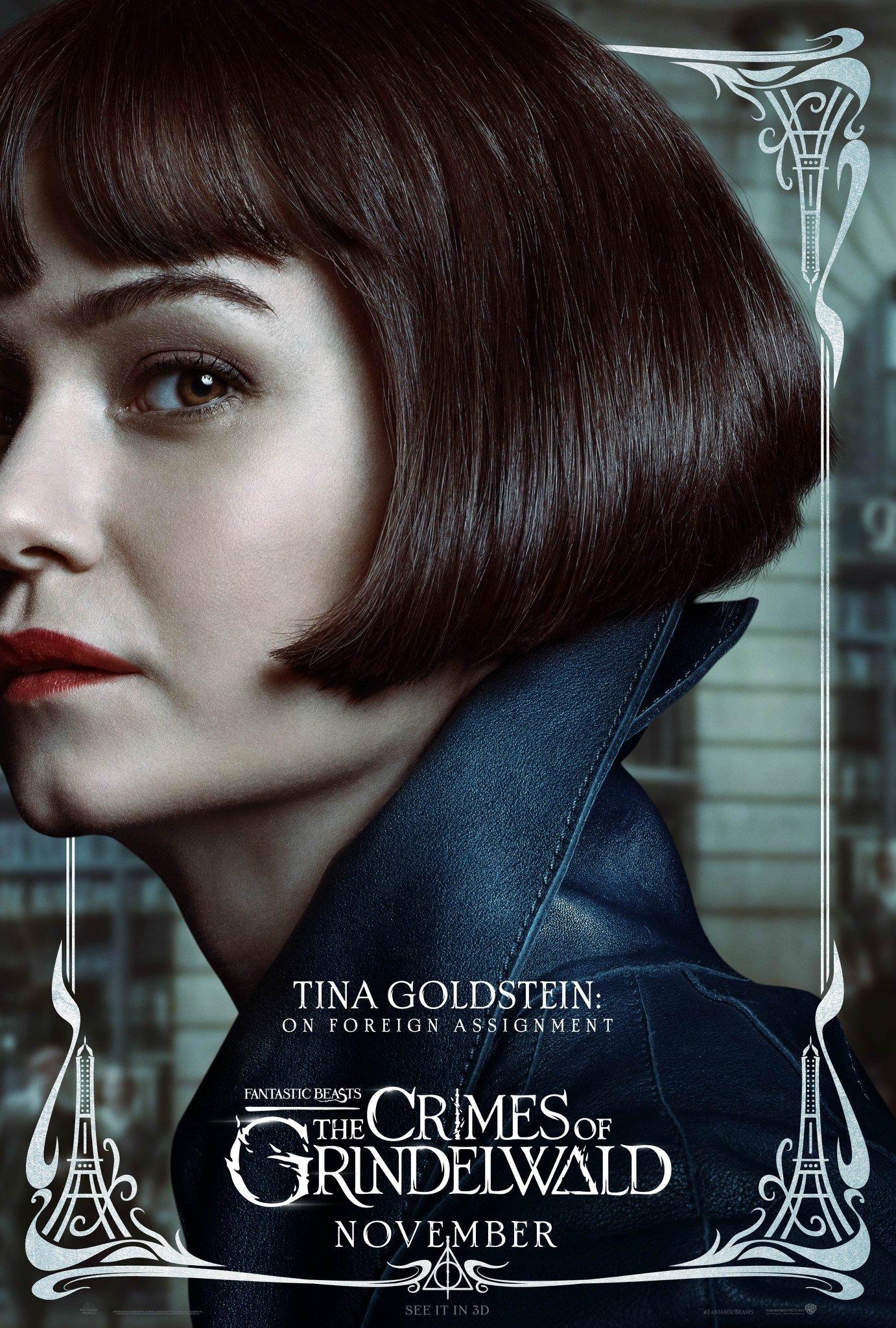 Foto de Tina usando um casaco preto de couro.