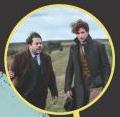 Em uma imagem minúscula, vemos Jacob e Newt em um local de aparência rural. Poucos detalhes podem ser percebidos devido ao tamanho da foto, apenas podemos ver que os dois utilizam roupas formais que sempre usam.