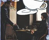 Nessa foto, bastante pequena e escura, vemos uma pessoa sentada num café, Tina, e outro que parece estar chegando agora, Yusuf. Ele coloca seu chapéu na mesa e se aproxima da mesa.