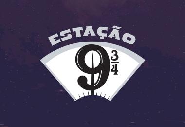 Sob um fundo roxo, o logo do Estação 9¾.