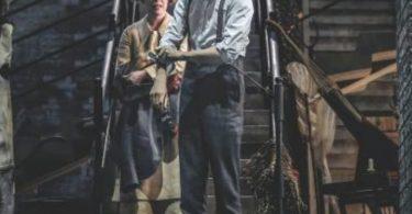 Newt arregaça as mangas e desce, com Bunty, uma escadaria.