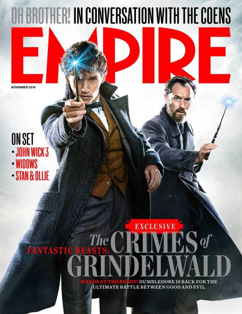"""Capa da edição de novembro de 2018 da revista Empire. Vemos algumas manchetes variadas relacionadas a filmes diversos e, em especial, vemos os personagens Newt Scamander e Jude Law empunhando suas varinhas. Newt exibe um sorriso e Dumbledore aparenta maior seriedade. Na manchete, lê-se: """"Exclusivo: Animais Fantásticos: Os Crimes de Grindelwald. Varinhas a postos! Dumbledore está de volta para o confronto definitivo entre o bem e o mal"""""""