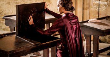 Leta em uma sala de aula de Hogwarts. Ela olha para o interior de uma mesa, que tem vários escritos. Ela passa a mão esquerda em um dos escritos: L+N.