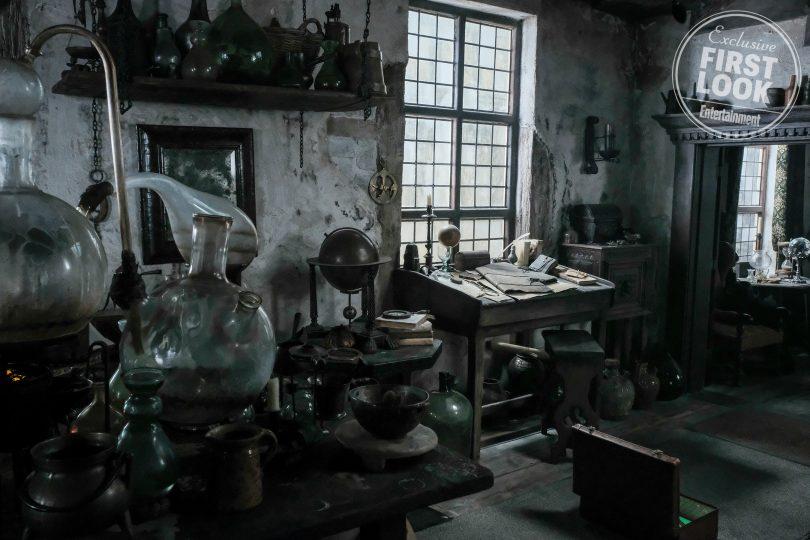 casa do flamel. Vemos Casa de Nicolau Flamel. Diversos equipamentos de alquimia/química e papéis estão em mesas e estantes.