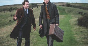 Jacob e Newt estão num lugar montanhoso, com areia e grama. Os dois estão andando e Jacob está confuso. Newt segura sua maleta.