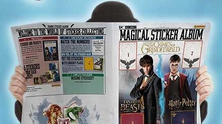 """Uma pessoa usando um chapéu coco se esconde atrás do """"jornal"""" album de Animais Fantásticos: Os Crimes de Grindelwald. Vemos na capa, arte semelhante da suposta capa do álbum, espaços para quatro figurinhas e, no verso alguns textos sobre preencher a coleção. Embaixo, vemos o logo de Hogwarts"""