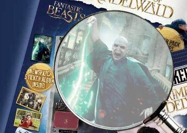 Detalhe da imagem do kit de iniciante com uma lupa em uma das figurinhas,mostrando que se trata do poster de Voldemort descendo as escadarias de Hogwarts e lançando um feitiço verde.
