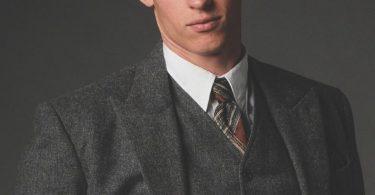 Ensaio fotográfico de Teseu Scamander. O personagem olha sério para a frente.