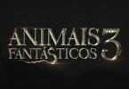 """O logo de """"Animais Fantásticos"""" com o número 3 ao lado. No fundo, é possível ver a silhueta dos morros do Rio de Janeiro."""