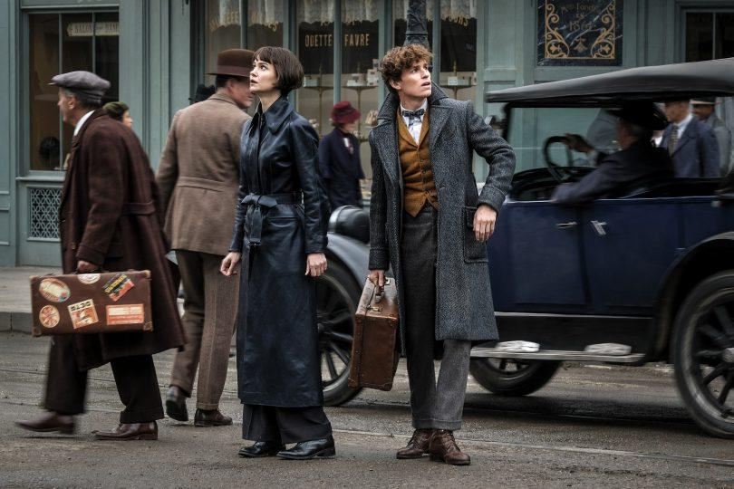 Newt e Tina aparentemente perdidos ou procurando algum local, numa rua em Paris.