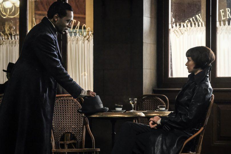 Yusuf Kama chega em um café em que Tina está sentada.