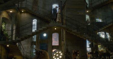 Newt e Bunty conversam no topo de uma das escadarias do porão de Newt.