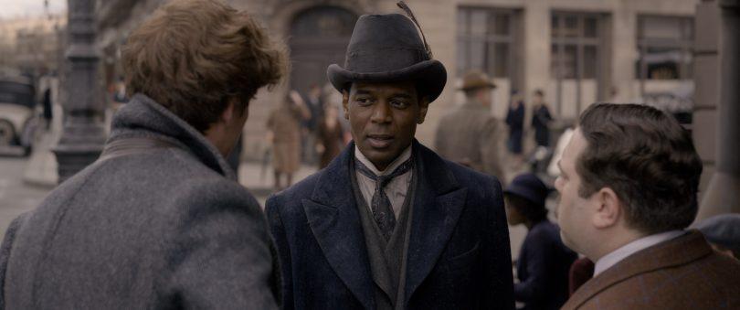 Newt e Jacob conversam com Yusuf Kama no meio da rua.