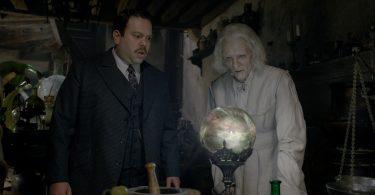 Jacob e Nicolau Flamel no escritório do alquimista. Os dois observam uma bola de cristal com fumaças coloridas por dentro.