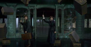 Gavetas são paradas no ar por Newt e Tina no Ministério Francês