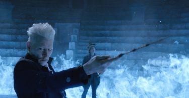 Grindelwald e Vinda Rosier no Anfiteatro. Há fogo azul rodeando os dois e ele está com a varinha erguida para frente.