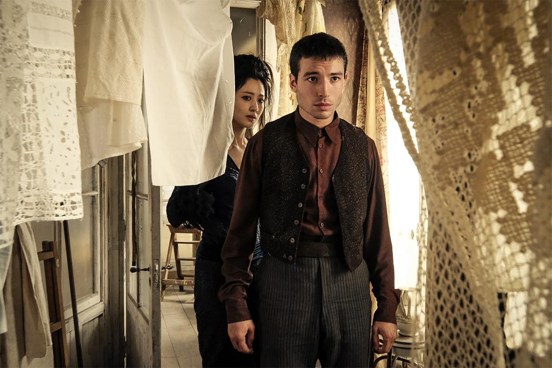 Foto de Os Crimes de Grindelwald. Credence e Nagini investigam o apartamento de Irma Dougar.