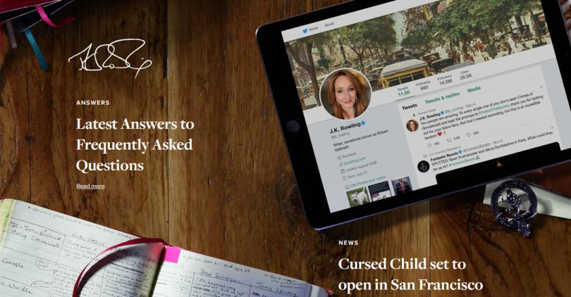 Print screen do site de J.K. Rowling. Nele, há uma reprodução de sua mesa de escritório, com um iPad aberto no Twitter e um caderno com notas.