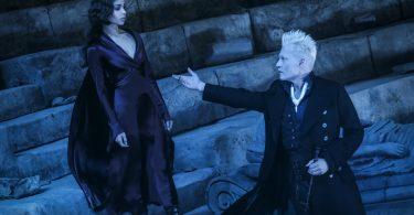 Grindelwald estende sua mão para Leta.