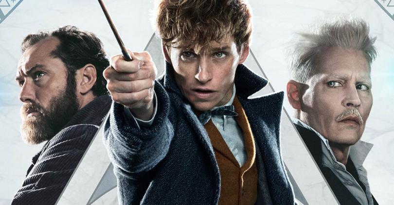 Parte do pôster em que vemos Newt, no centro, empunhando sua varinha, Dumbledore do seu lado direito e Grindelwald do seu lado esquerdo. O fundo é claro e vemos o começo do símbolo das Relíquias da Morte.