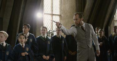 Dumbledore faz uma magia na frente de alunos de Hogwarts.