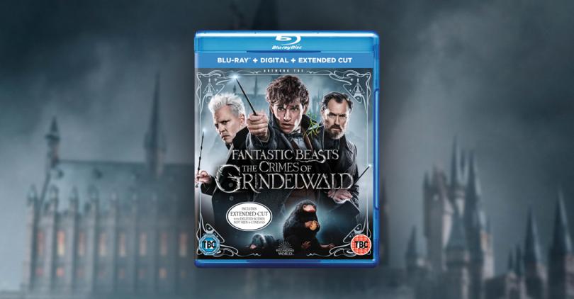 O Blu-ray de Os Crimes de Grindelwald em frente a uma imagem de Hogwarts desfocada e em tons de azul.