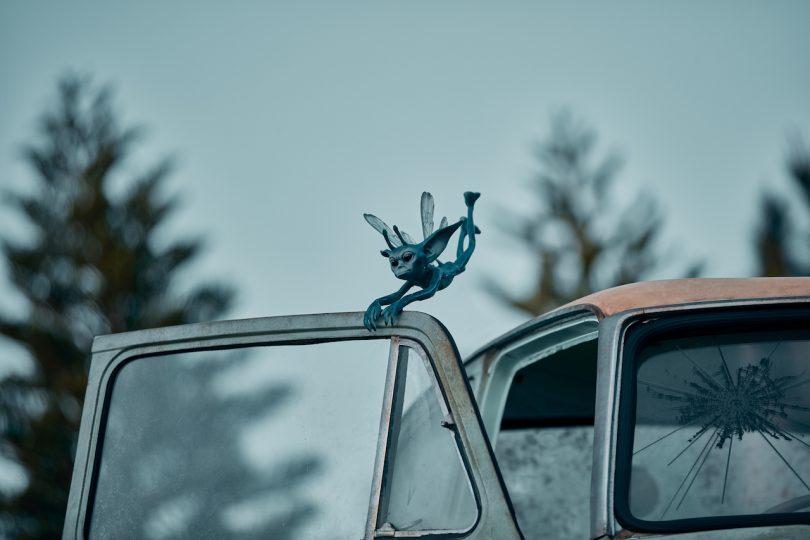Um diabrete da Cornualha segurando na porta de um carro.