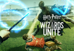 Jogadores com suas varinhas protegem Harry em sua vestimenta de Quadribol da Grifinória de ter sua alma sugada por um Dementador.