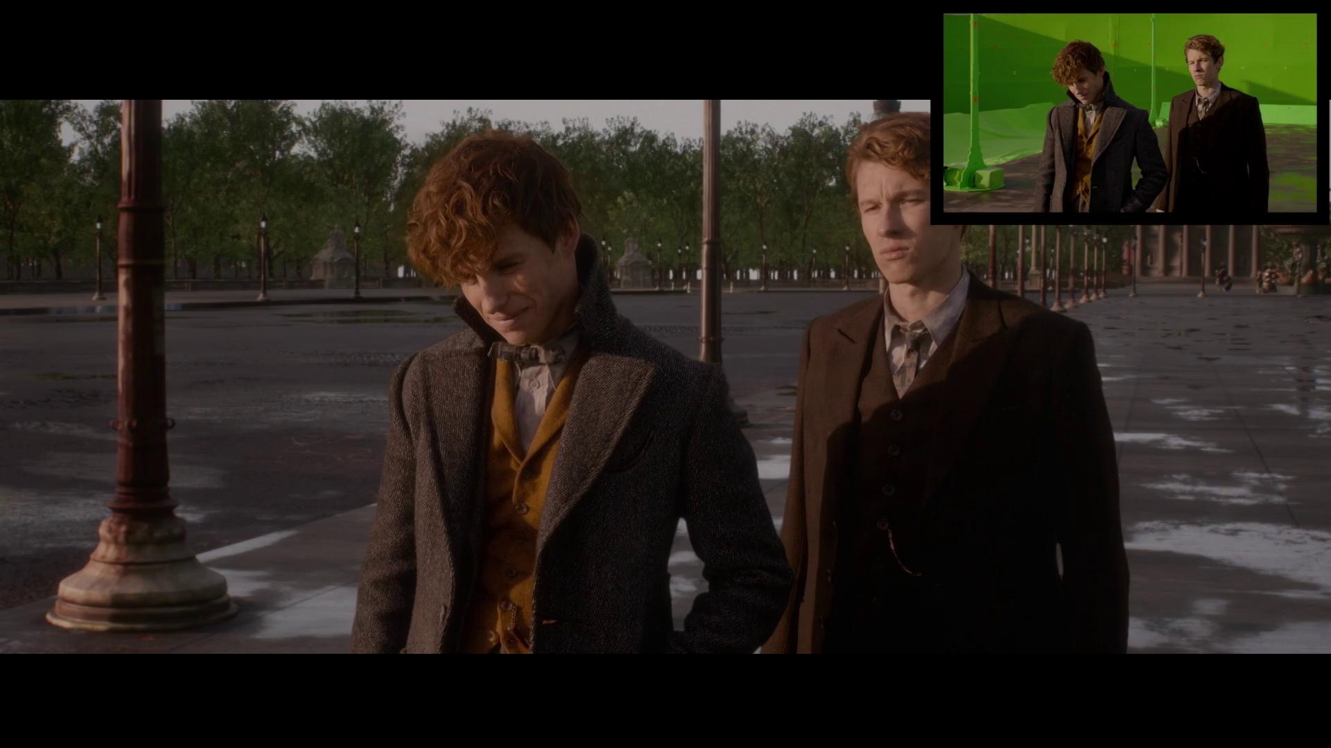 Newt e Teseu observam a conversa de longe.