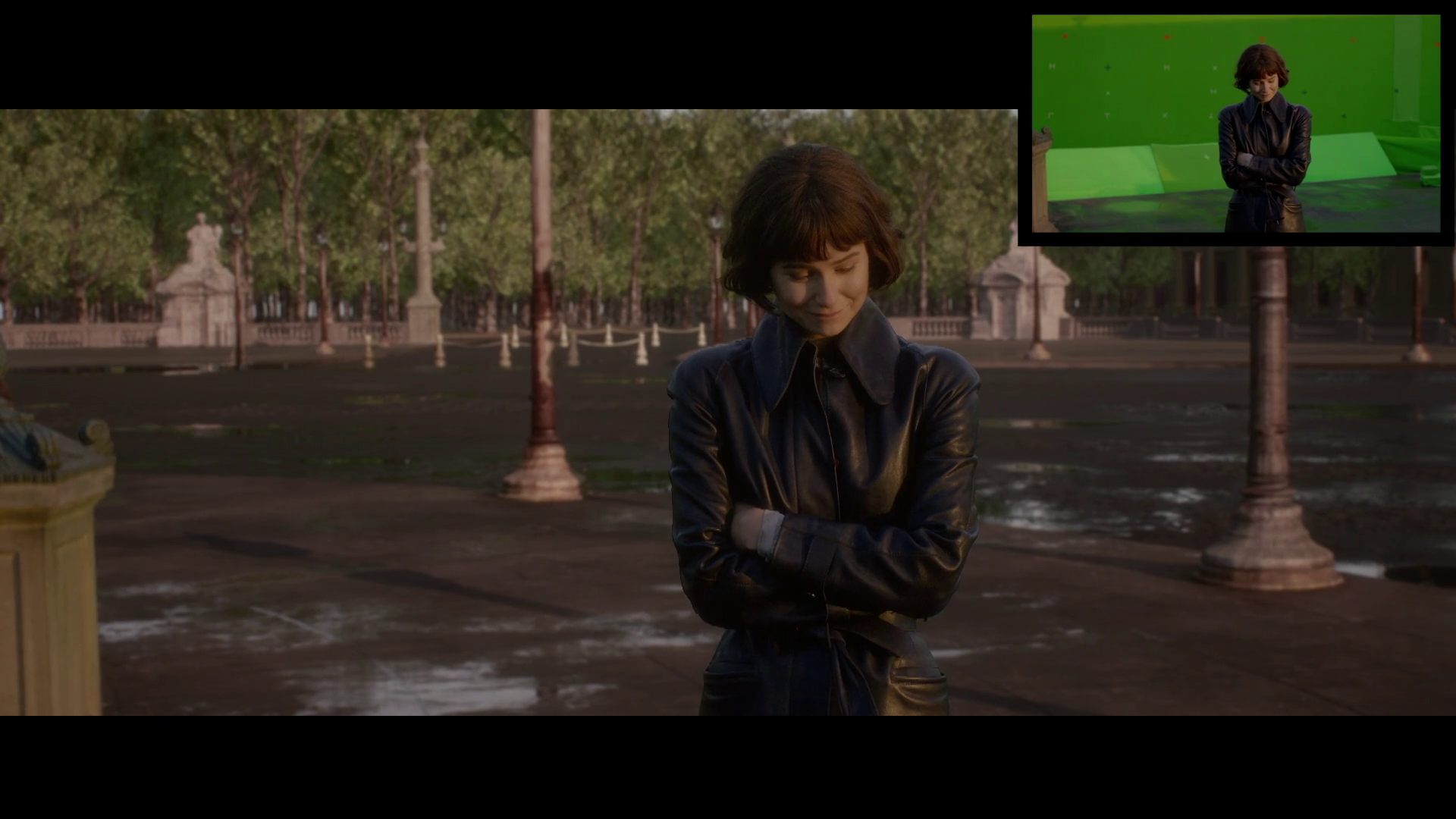 Tina, aparentemente olhando para Newt, dá um sorriso e abaixa a cabeça.