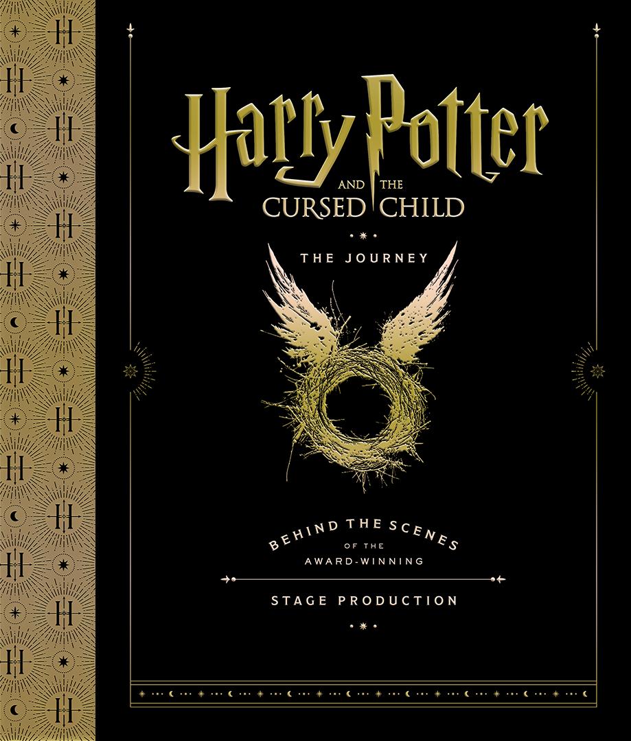 Capa do livro. Ela é toda preta, mas com uma faixa amarela do lado esquerdo com alguns ornamentos e a letra H. Na parte preta, há o logo de Harry Potter utilizado nos filmes e o título da peça. No centro, há uma ilustração de um ninho com asas, icônica da peça.
