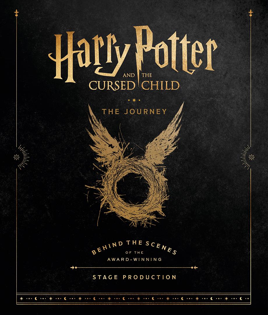 Capa do livro. Ela é toda preta. No centro, o logo de Harry Potter utilizado nos filmes e o título da peça. Embaixo, há uma ilustração de um ninho com asas.