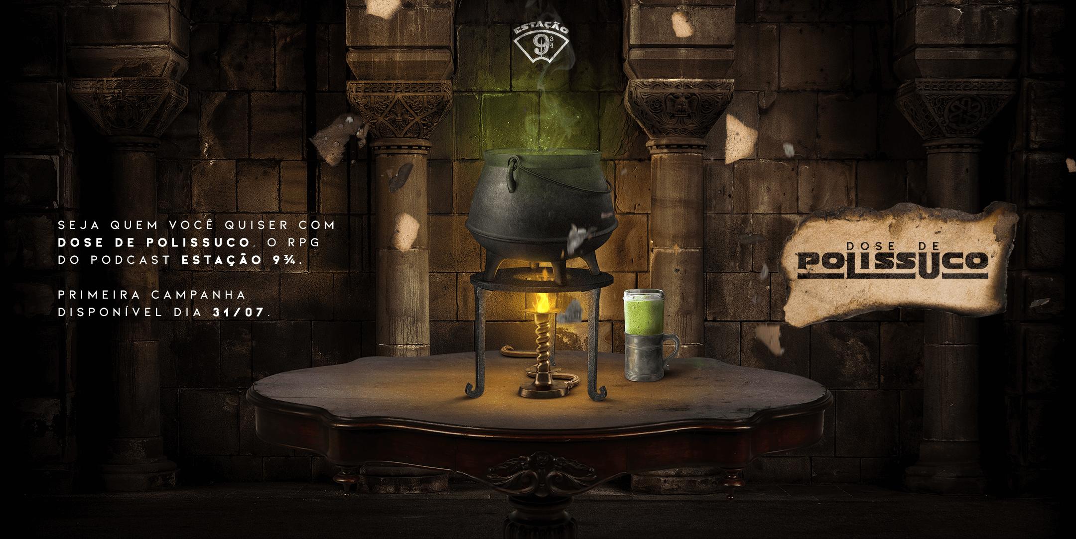 """#MagiaAcessível Fundo escuro com parede, arcos e colunas de pedras. À frente, mesa oval de madeira, na qual vemos um caldeirão de ferro sobre suporte com chamas acesas e uma caneca de vidro com líquido pastoso. Os recipientes emitem ligeira fumaça e iluminação esverdeada. Há pedaços de papel queimado flutuando e, no maior deles, vemos um logo escrito """"Dose de Polissuco"""" acompanhando o texto: """"Seja quem você quiser com Dose de Polissuco, o RPG do podcast Estação 9 3⁄4. Primeira campanha disponível dia 31/07."""""""