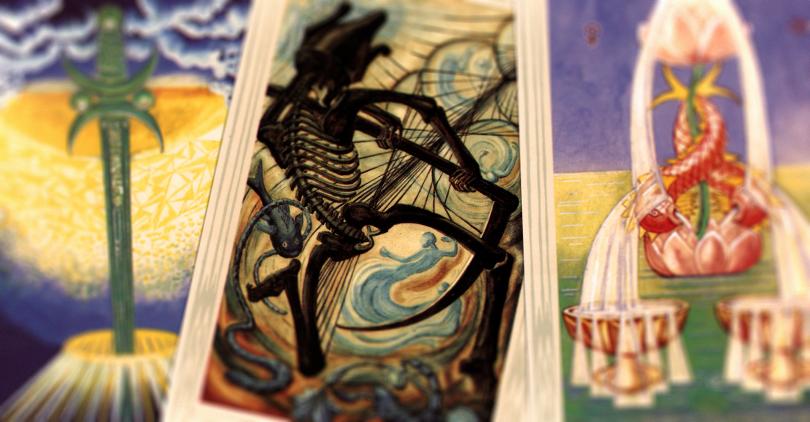 As três cartas da capa do Twitter da Rowling dispostas lado a lado. A descrição das imagens está nas imagens individuais no post.