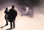 Ilustração de Cormoran e Robin numa ruela de Londres.