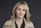 Foto de Rowling usando um casaco mostarda e uma camisa verde, olhando fixamente para a câmera.