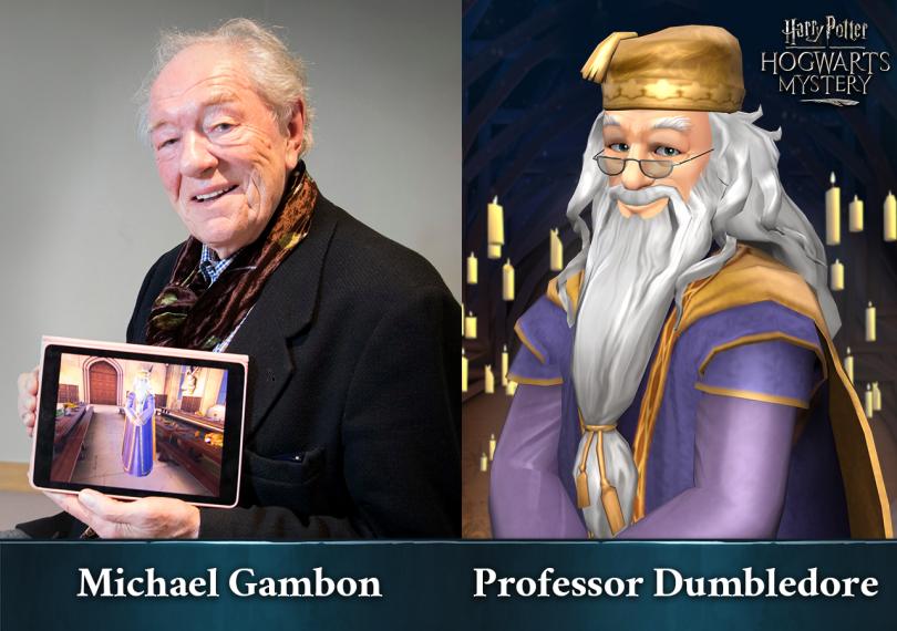 Imagem dividida em duas partes. Do lado esquerdo, vemos o ator Michael Gambon segurando um tablet mostrando o personagem Alvo Dumbledore no jogo Harry Potter: Mistérios de Hogwarts. Do outro lado, vemos Dumbledore em uma arte de Mistérios de Hogwarts.