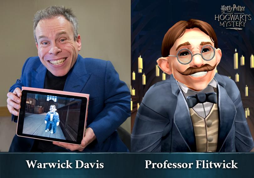 Imagem dividida em duas partes. Do lado esquerdo, vemos o ator Warwick Davis segurando um tablet mostrando o personagem Flitwick no jogo Harry Potter: Mistérios de Hogwarts. Do outro lado, vemos o professor Flitwick em uma arte de Mistérios de Hogwarts.